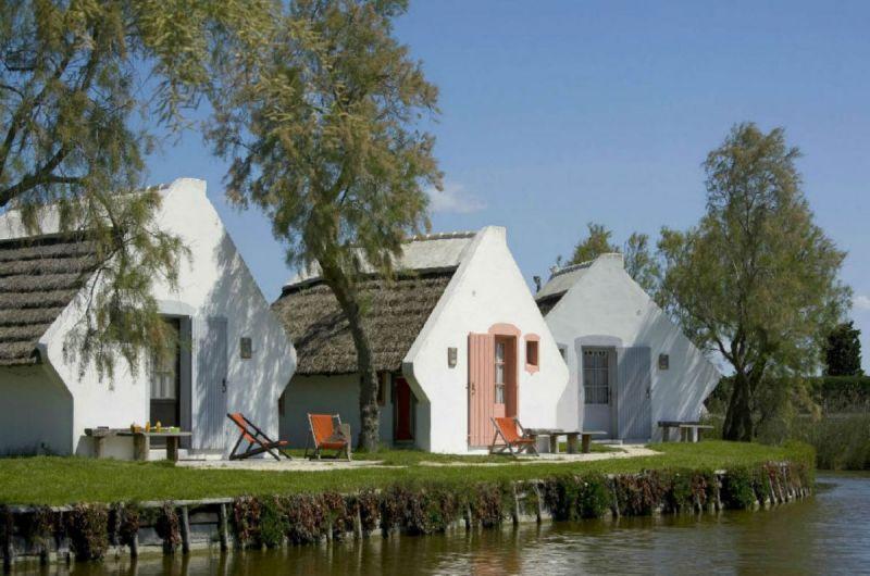 cabane-de-gardian-exterieur-auberge-cavaliere-du-pont-des-bannes-camargue