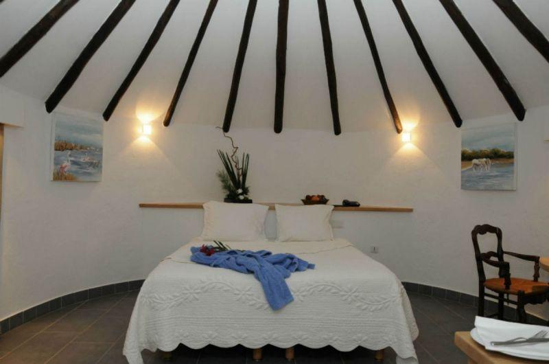 chambre-cabane-de-luxe-interieur-auberge-cavaliere-du-pont-des-bannes-camargue