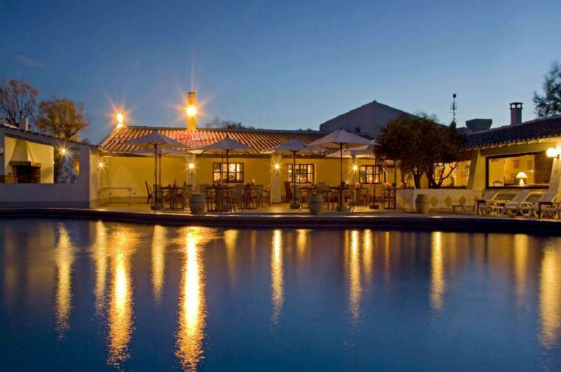 piscine-terrasse-nuit-auberge-cavaliere-du-pont-des-bannes-camargue