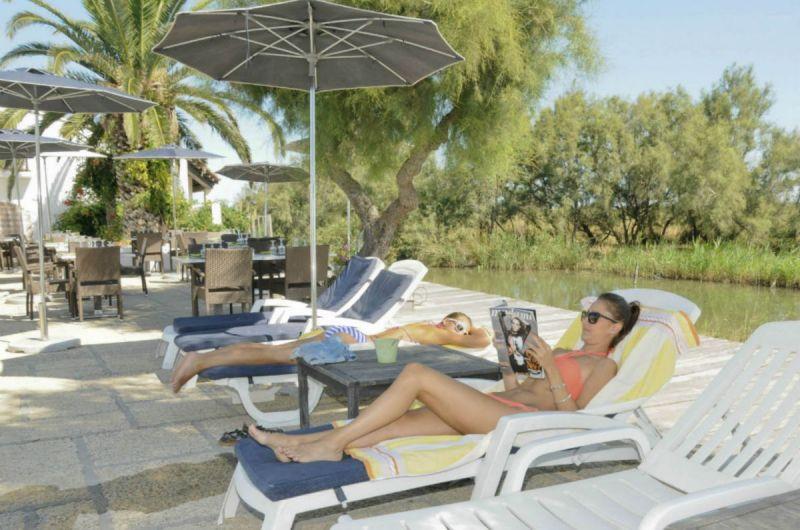 terrasse-piscine-marais-auberge-cavaliere-du-pont-des-bannes-camargue