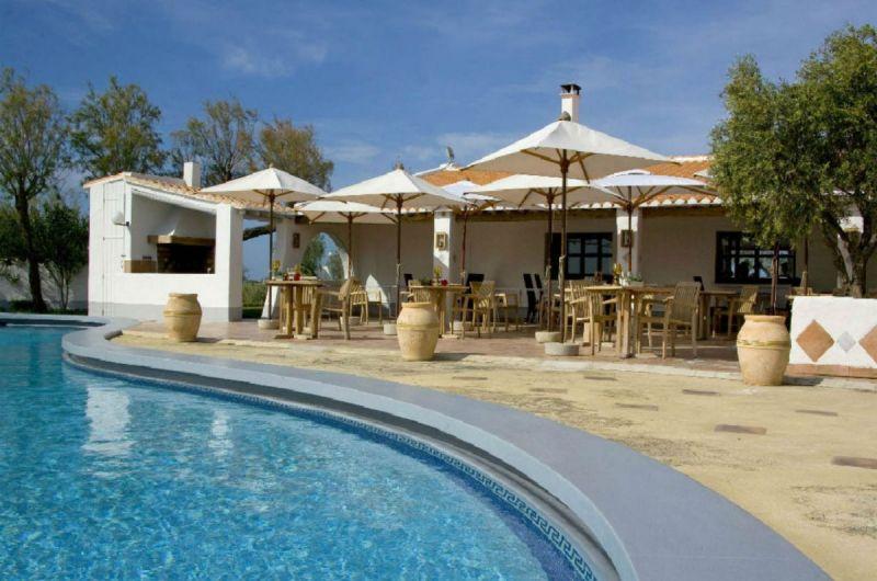 terrasse-piscine-restaurant-auberge-cavaliere-du-pont-des-bannes-camargue