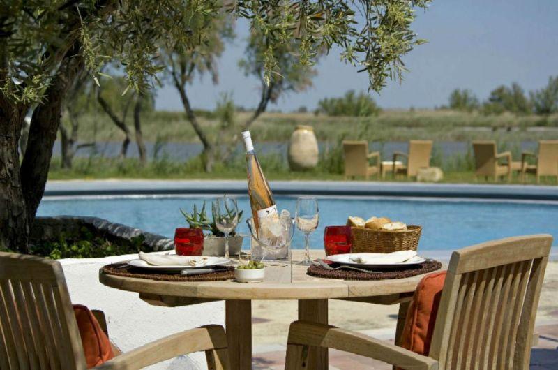 terrasse-restaurant-table-vue-marais-auberge-cavaliere-du-pont-des-bannes-camargue