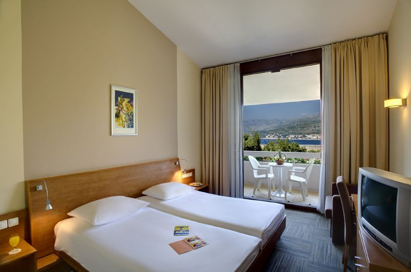 2TirenaHoteltwinroom